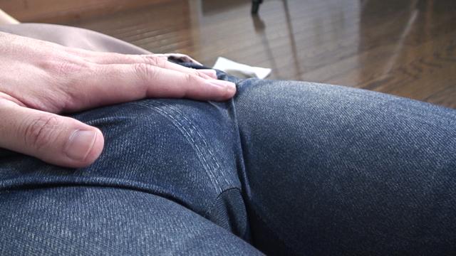 家政婦に扮したSae!彼女のジーンズを履いた恥丘を見る!