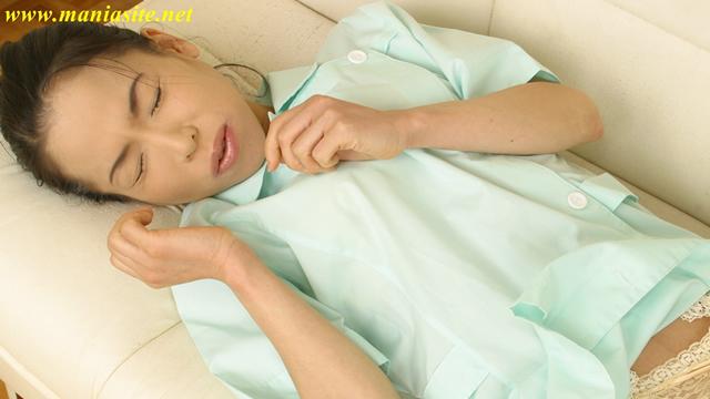 Veteran nurse Akane sicks his crotch!