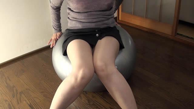A married woman sticks out her crotch on a balance ball! #3